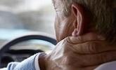 man grijpt naar nek na verkeersongeval